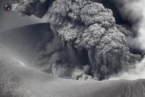 Shinmoedake volcano erupts