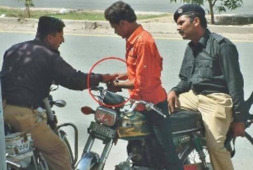 pakistan police caught bribing
